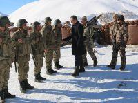 Vali Akbyık, üs bölgelerindeki askerleri ziyaret etti