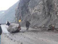 Yüksekova - Van karayoluna dev kaya parçaları düştü!