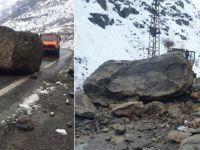 Çukurca ve Yüksekova yoluna kaya düştü!