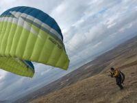 Van Gölü'ne düşen paraşütçü yaşamını yitirdi