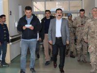 Vali hastanede yaralı askerleri ziyaret etti!