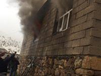Çukurca'da Yıldırım isabet eden evde yangın çıktı