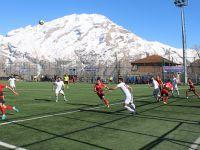 Hakkari Gençlik ve Sportif Faaliyetler kulübü kendi evinde Yüksekova Belediyespor'a yenildi