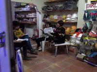 Tiyatro ekibi, yer bulamayınca dükkanda prova yapmaya başladı