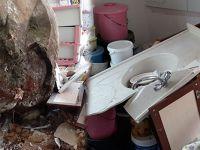 Dağdan kopan devasa kaya evi deldi, içeri girdi