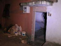 Isınmak için evinde mangal yakan kişi hayatını kaybetti