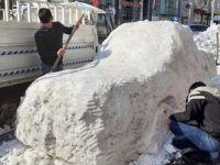 Hakkarili gençler kardan araba yaptı