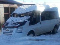Başkale'de Kar Kütlesi Arabayı Hurdaya Çevirdi