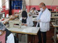 Hakkarili öğrenciler günde 5 bin maske üretiyor