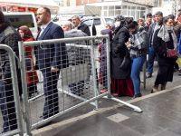 Hakkari'de PTT kuyruğunda bekleyenler 'Sosyal mesafe' kuralını ihlal ediliyor!