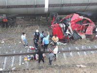 Kontrolden çıkan TIR yük treninin üstüne düştü
