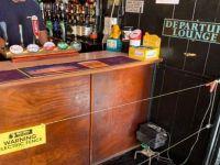Barın içine sosyal mesafe için elektrikli tel çekildi