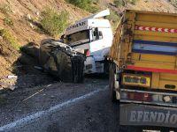 Hakkari'de TIR ile otomobil kafa kafaya çarpıştı: 2 yaralı