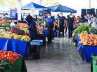 5 dilde uyarının yapıldığı semt pazarında, elle seçmekten vazgeçilmedi