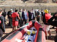Hakkari valisi Akbıyık, yarışmaya girecek sporculara malzeme desteğinde bulundu
