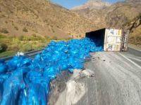 Hakkari'de kömür yüklü TIR yan yattı: 1 yaralı