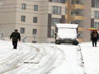 Yüksekovalılar, kar yağışıyla uyandı
