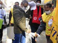 KESK üyeleri Hakkari'de maaş bordrolarını yaktı