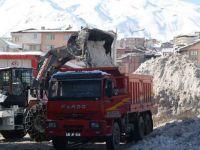 Hakkari'de kar dağları şehir dışına taşınıyor