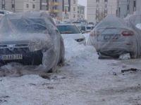Hakkari'nin Yüksekova ilçesi buz kesti! Araçlara naylon, battaniye örtüldü