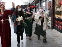 HDP Hakkari'de Kadınlara Karanfil Dağıttı