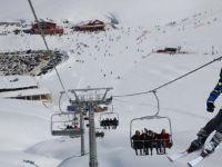 Hakkari'de vatandaşlar hafta sonu kayak merkezine akın etti