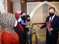 Hakkari Valisi Akbıyık çalışan kadınları unutmadı