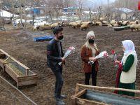 Hakkari'de Babasının Şehit olduğu köyde karanfil dağıttı