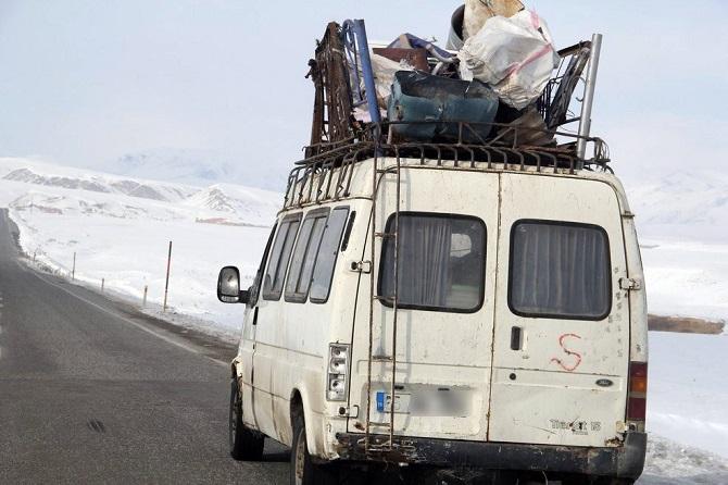 vanin-baskale-ilcesinde-bir-minibusun-bagajindaki-hurdalar-kazaya-001.jpg