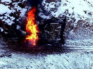 Hakkari'de Askeri yol yapan iş makinesi ateşe verildi