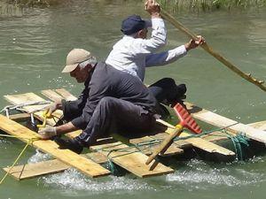 Hakkari'de İlkel yöntemlerle suda cenazelerini arıyorlar