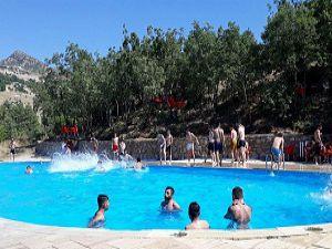 Hakkarililer, Bayramı Çukurca'daki Olimpik Havuzda geçirdi