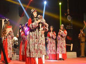 Hakkari'de Kültürlerin Dansı ile Reng-i programına yoğun ilgi